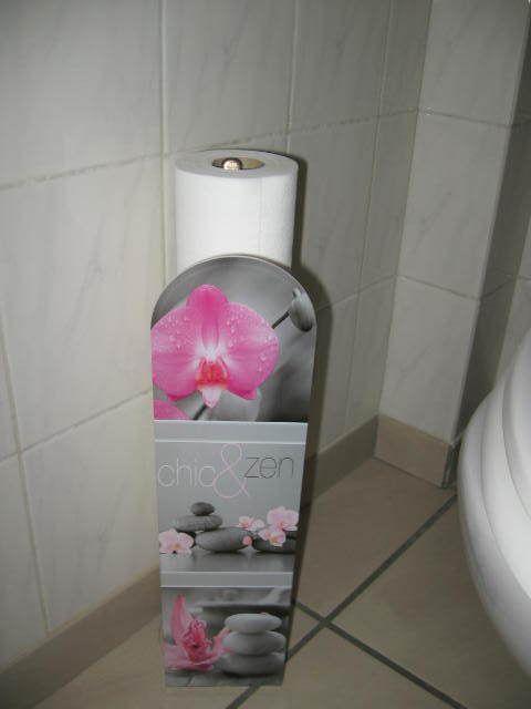 orchidées artificielles (jardil*nd) poubelle, porte rouleaux et lave mains Centrak*r - le rideau tout comme le recouvre-lustre est une chute du lin rose utilisé dans mes couloirs