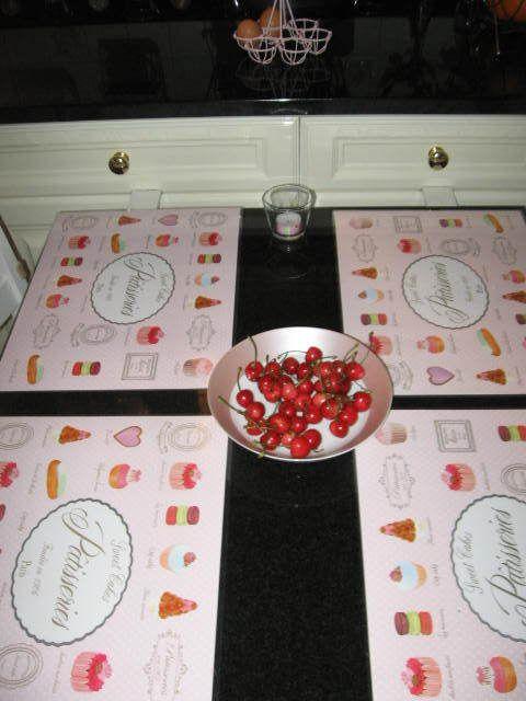 Je suis toute contente de mon idée de décorer mes photophores de masking tape (2 sortes de décos) + les macarons (provenant du mariage de ma voisine) ^^ ce que je préfère, c'est tout ce rose gourmand qui ressort super bien sur le noir ^^ ça adoucit énormément ce marbre que mon mari voulait (quand on a refait la cuisine il y a 8 ans) et que je n'aimais pas vraiment... maintenant je suis trop fan ^^