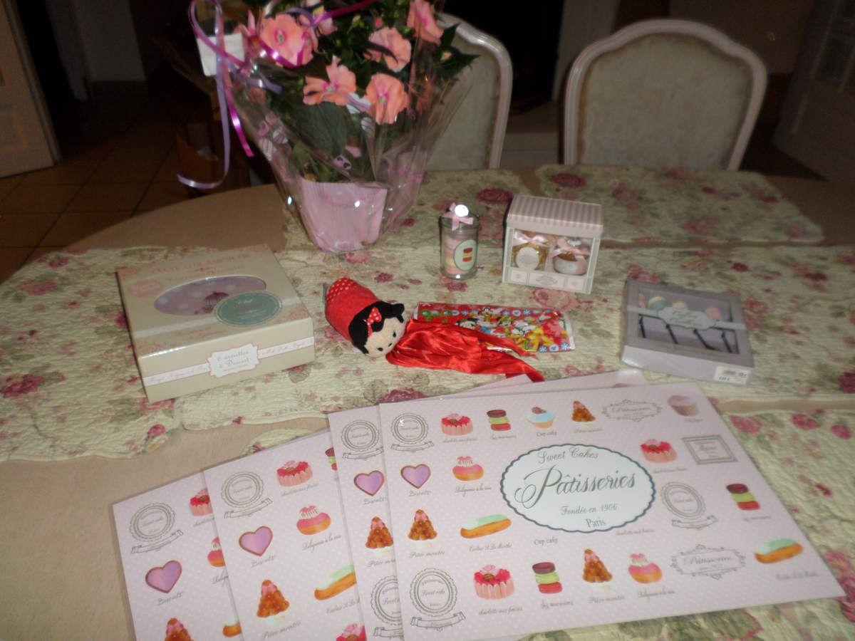4 sets de table, un lot de 2 parfums d'ambiance (un délice ^^), des macarons en plâtre parfumés aussi dans une bonbonnière, des cuillères cupcakes + des assiettes à dessert trop trop belles ^^