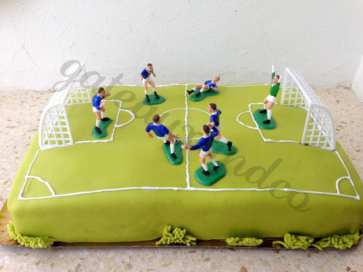 gateau anniversaire chocolat terrain de foot les. Black Bedroom Furniture Sets. Home Design Ideas