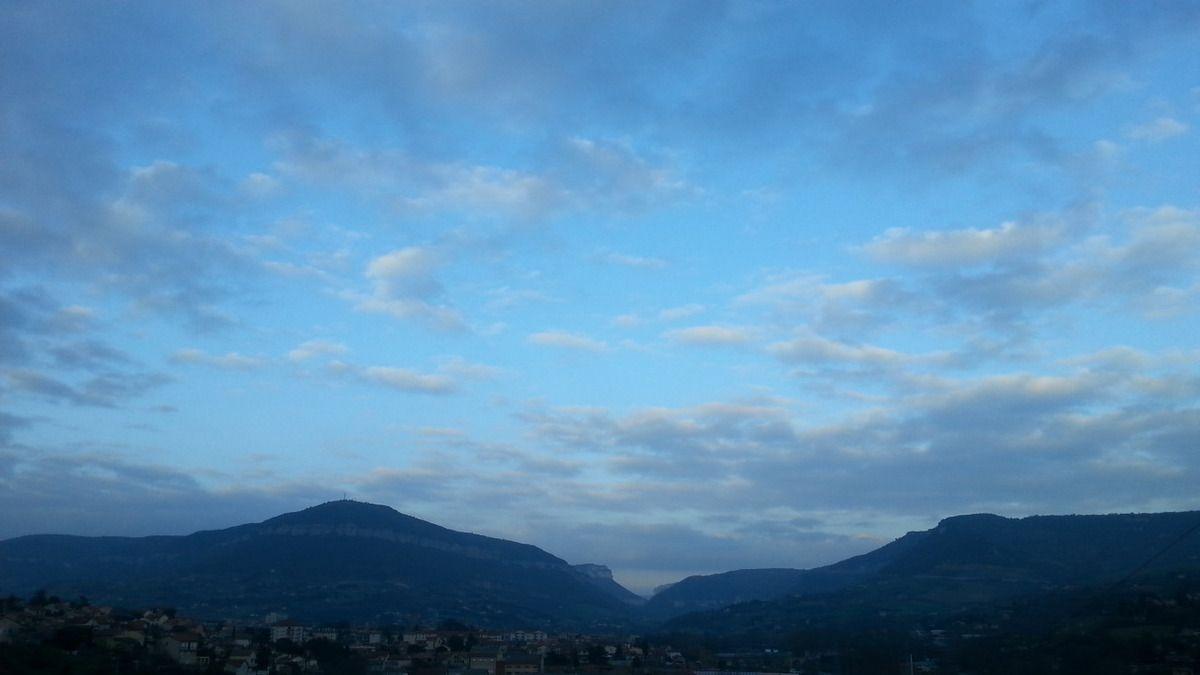 Ciel dégagé sur Millau en fin de journée