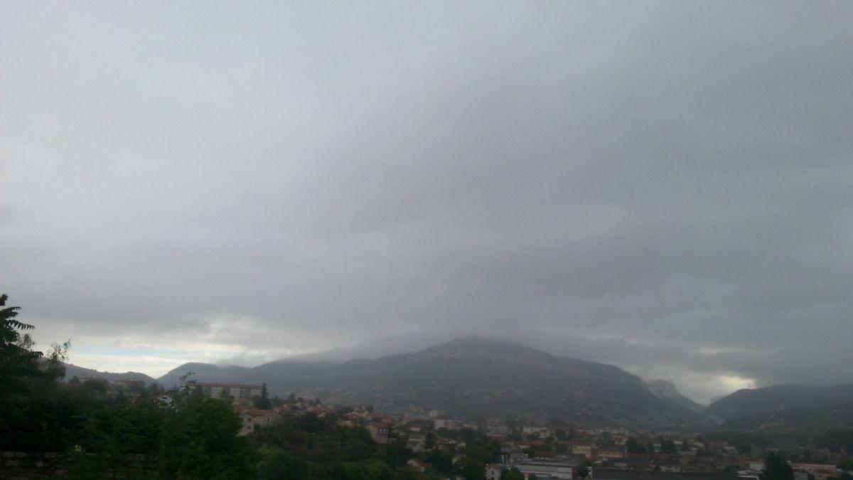 Petite averse matinale sur Millau