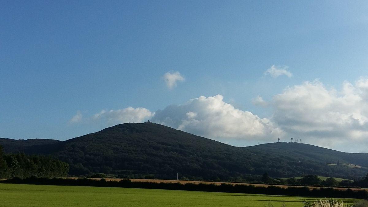 Le Montalet (Monts de Lacaune) sous le soleil et quelques nuages
