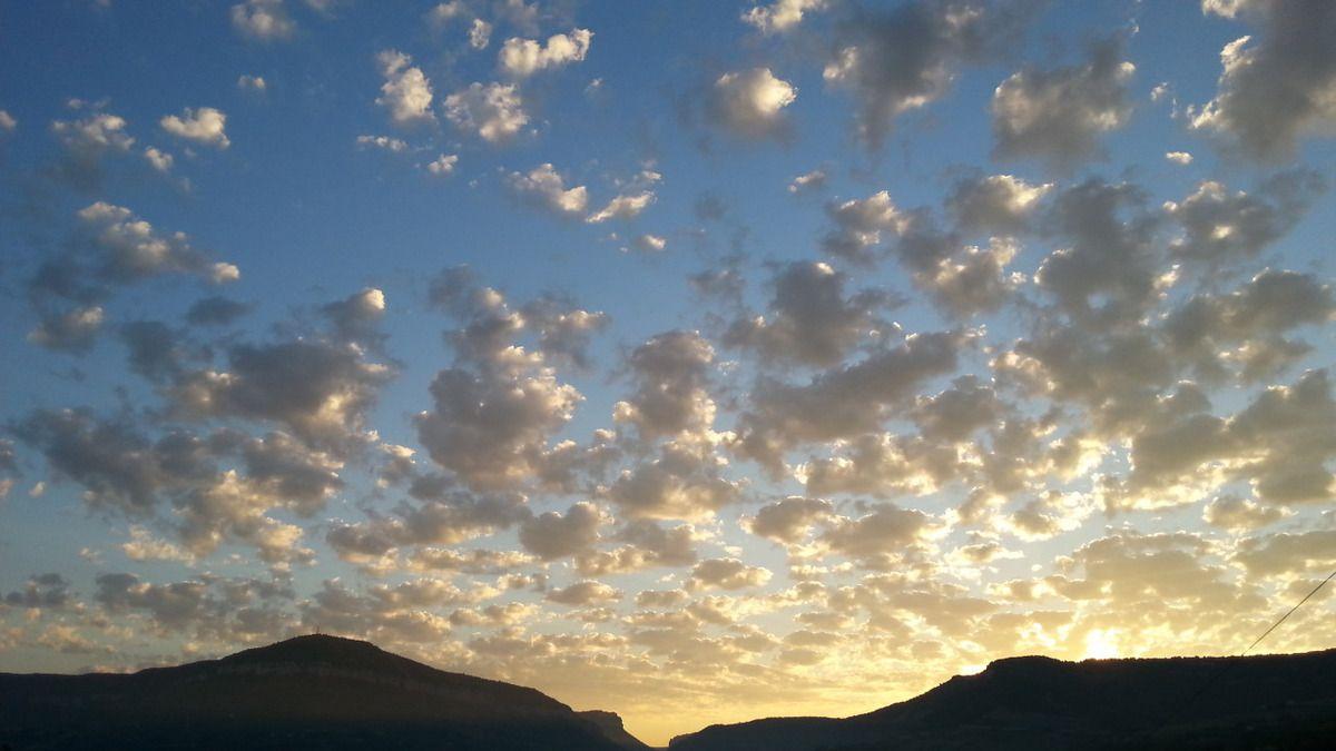 Ciel pommelé au lever du soleil sur Millau