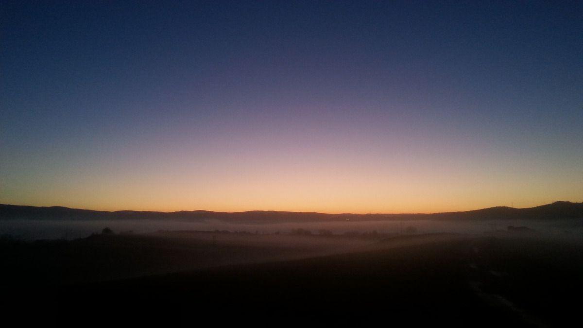 Crépuscule du soir sur le Rougier de Montlaur dans le brouillard