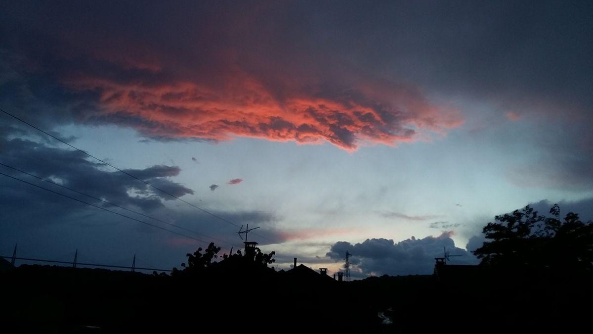 Nuage rouge après l'averse au coucher du soleil