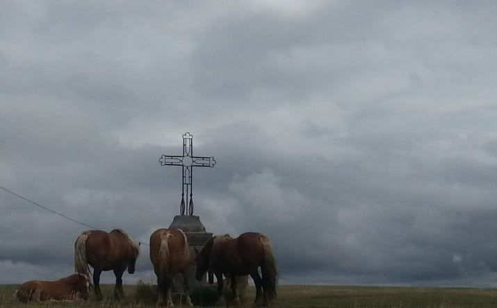 Croix d'Olonzac sous les nuages (plateau de Tiergues - St-Victor)