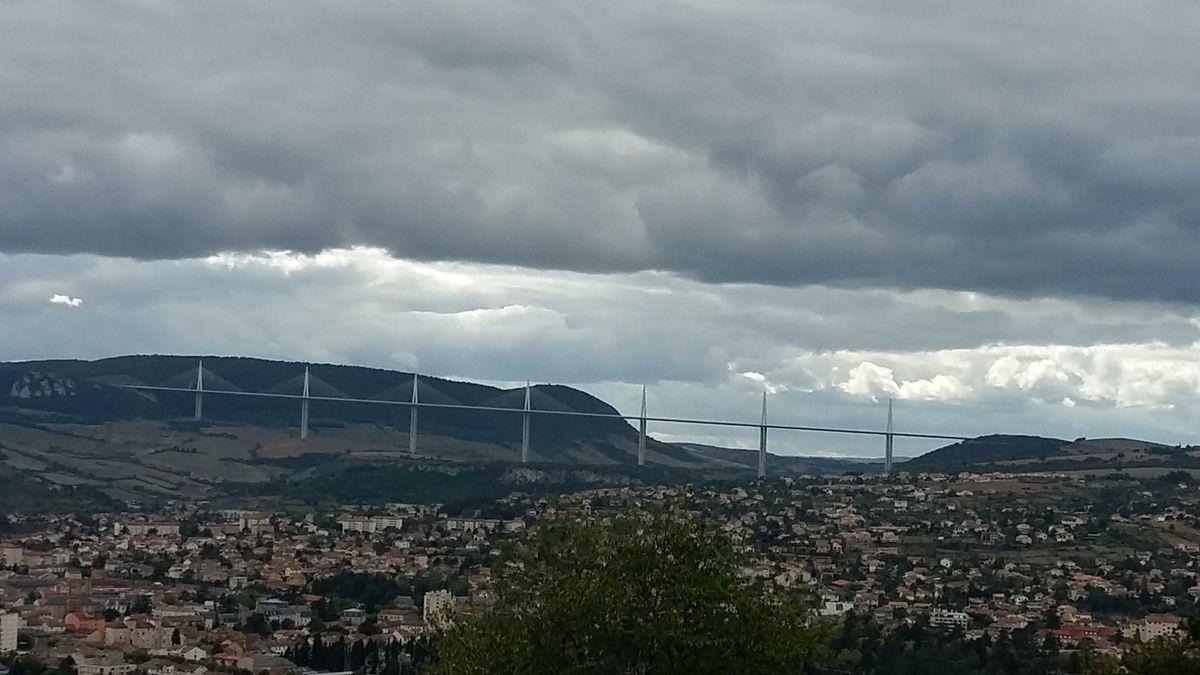 Ciel nuageux sur Millau et le Viaduc