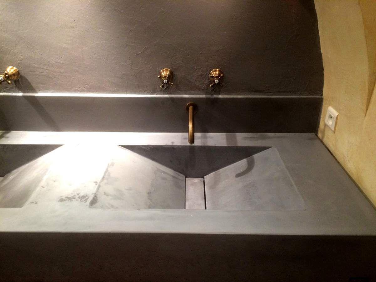 In situ. ( Plan vasque béton et cuve double pente.)