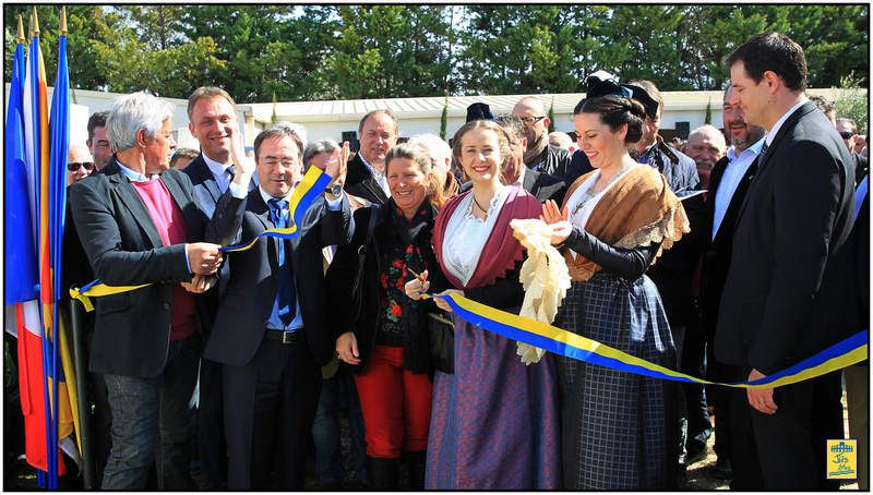 Le ruban a ensuite été coupé par Mandy GRAILLON, Reine d'Arles, accompagnée de Lucie RIQUELME, Demoiselle d'Honneur, en présence d'Hervé SCHIAVETTI et de Marc JALABERT ... entre autres ...