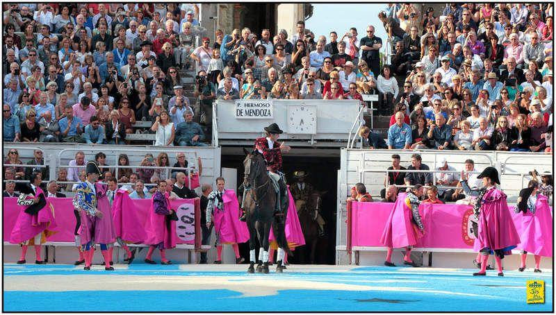 ... ARLES ... FERIA DU RIZ 2015 ... LA CORRIDA-SPECTACLE FAIT LE PLEIN ... PAR PAUL BOSC ...