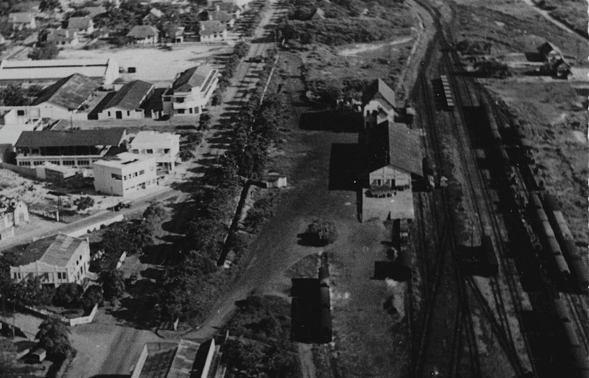 Gare de marchandises de Pointe-Noire (carte postale Plantier, extrait vue aérienne vers 1950)