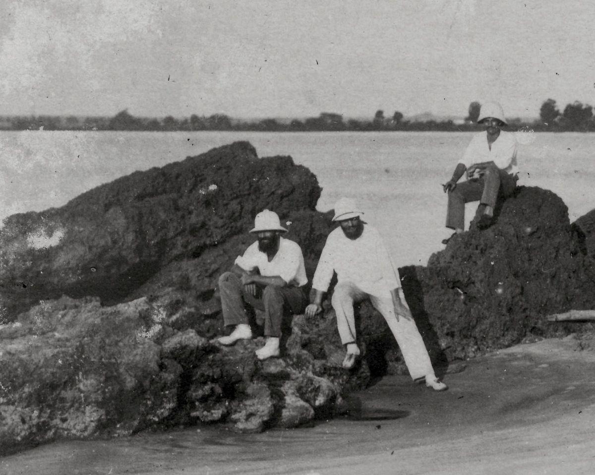 Colons sur les rochers noirs disparus de Pointe-Noire (1926)