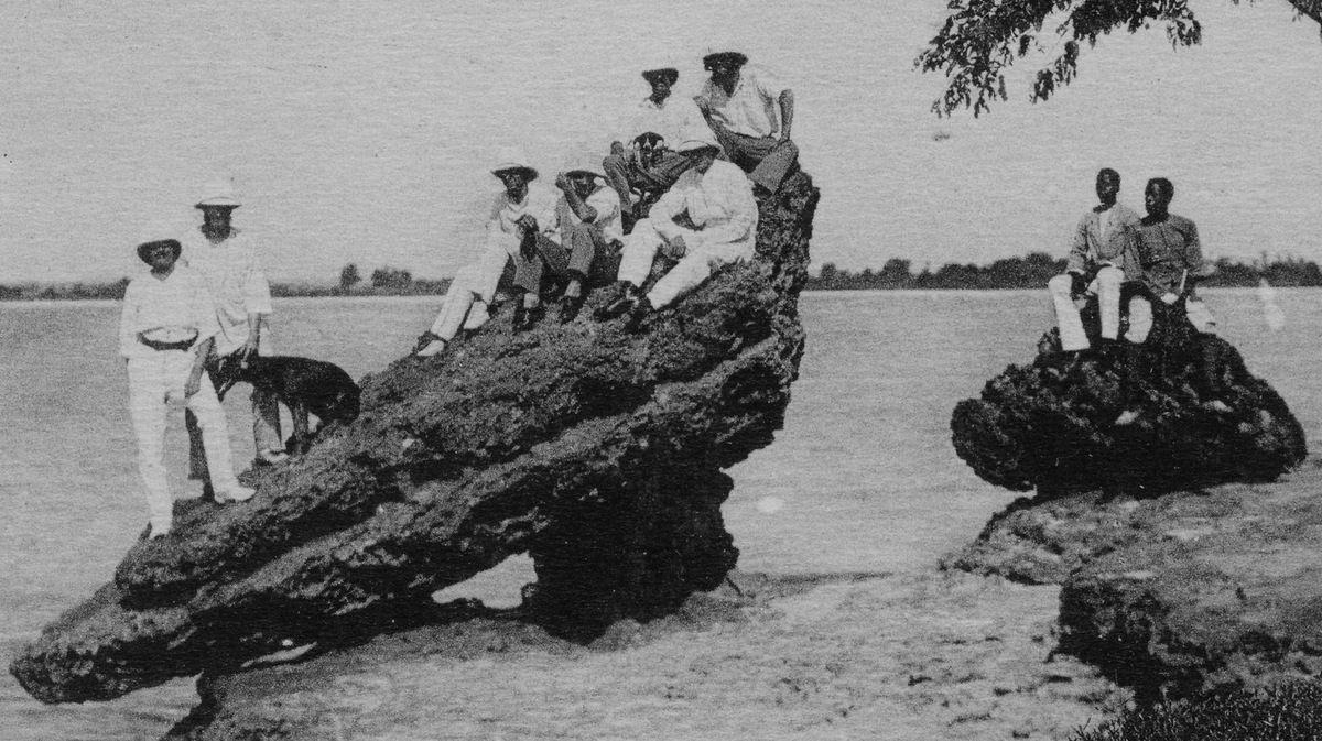 La roche fétiche de Pointe-Noire (extrait carte postale © Marichelle vers 1910)