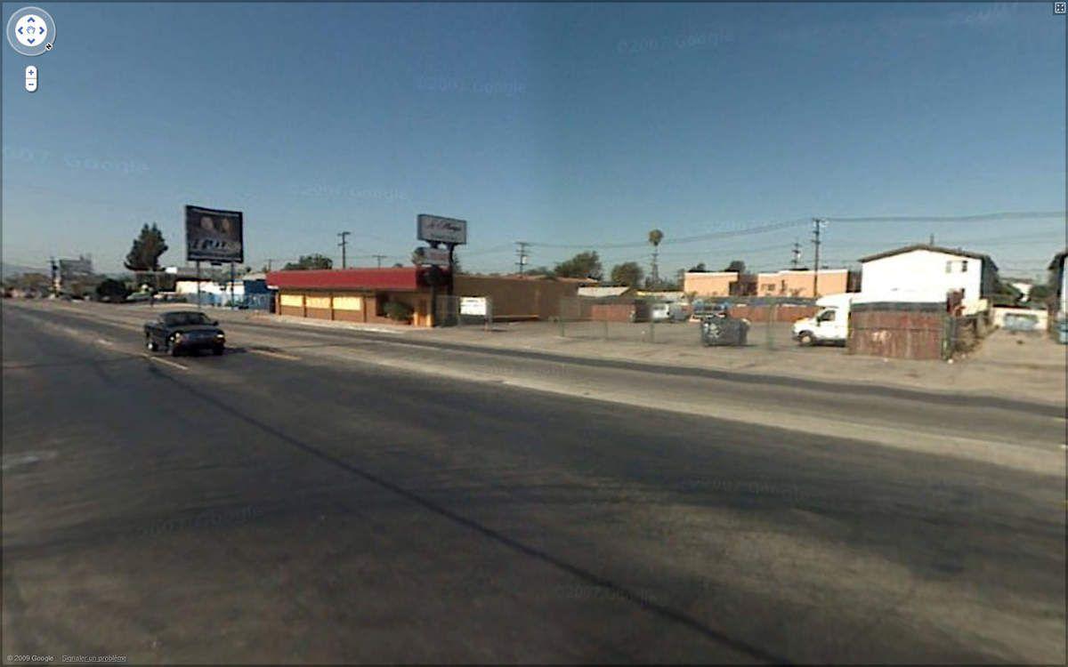 """L'ancien club et son parking vu avec """"Street View"""" de nos jours. La porte d'entrée de l'époque a été murée."""