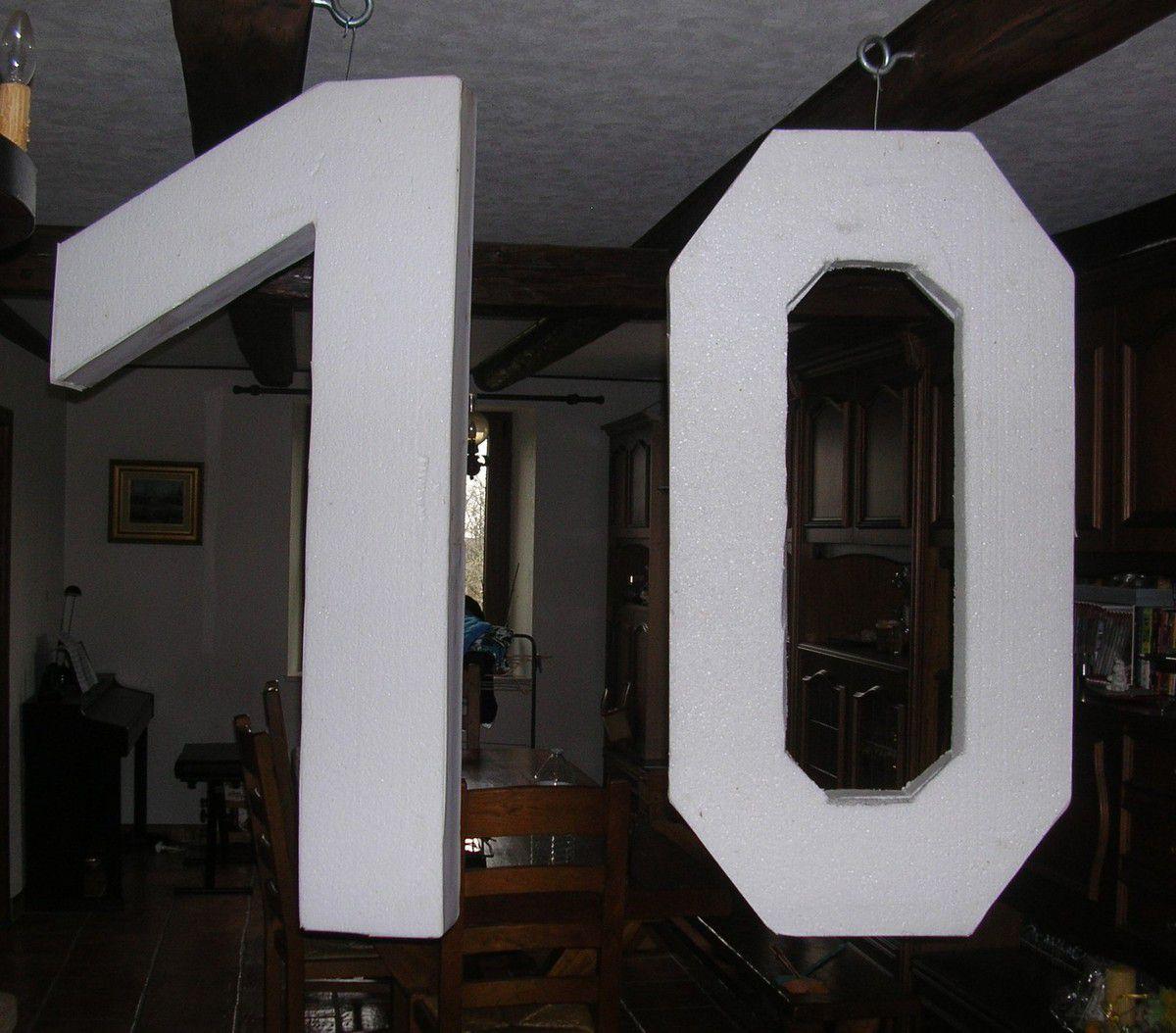 Ils mesurent 1,20 m de haut et 20 cm de large. On a compté qu'il faudrait environ 60 carrés pour les habiller entièrement... Même ma maman a voulu participer ! Voilà ses 9 carrés au tricot...
