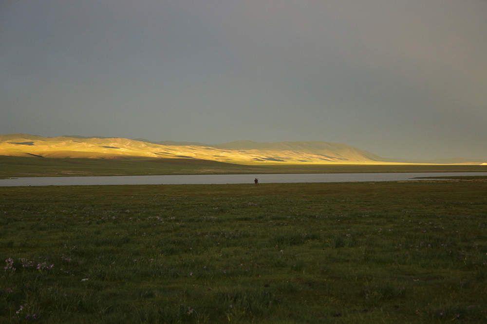 La steppe après l'orage. Les incroyables lumières font oublier le tonnerre et les éclairs...