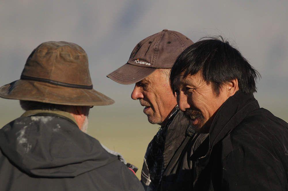 Pierre, Philippe et Galaa discutent à propos des khulans (Galaa essaie de nous faire prononcer le mot correctement en mongol).