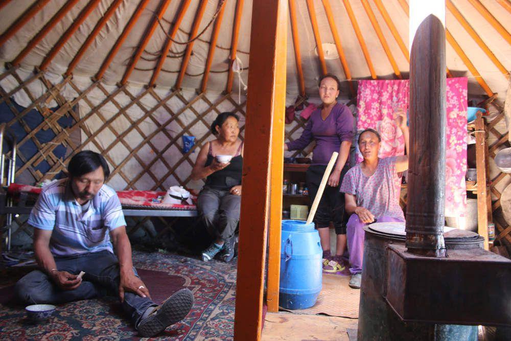 L'hospitalité mongole n'est pas une légende... Devant Terbish, un énorme pot de crème et un sac de pain...