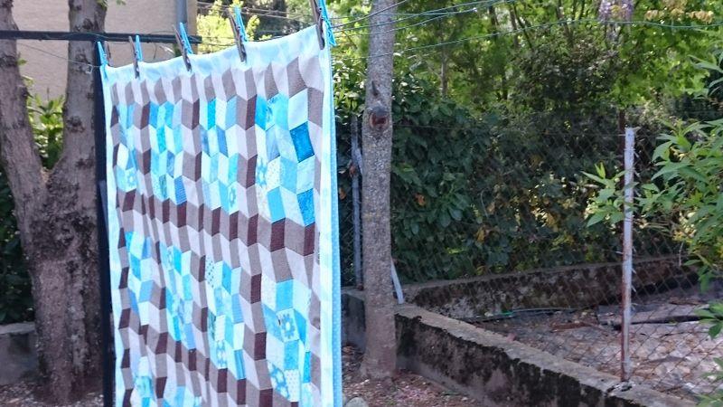 Et voici la housse, avec doublure turquoise, cousue/retournée, avec une ouverture pour glisser mon molleton courtepointe.