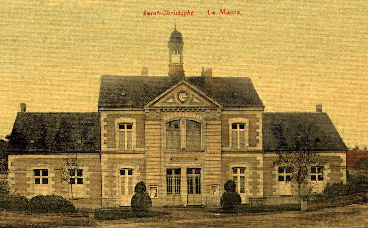 La mairie avant 1903 et après 1903 (cartes postales de Lionel Royer)