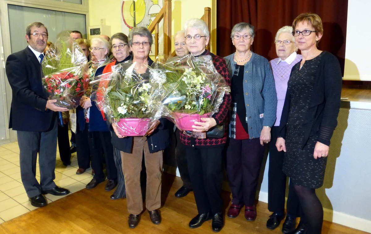 L'ensemble des lauréats 2015 avec le maire, Jean-Pierre Poupée et la responsable de la commission fleurissement, Annie Brossier