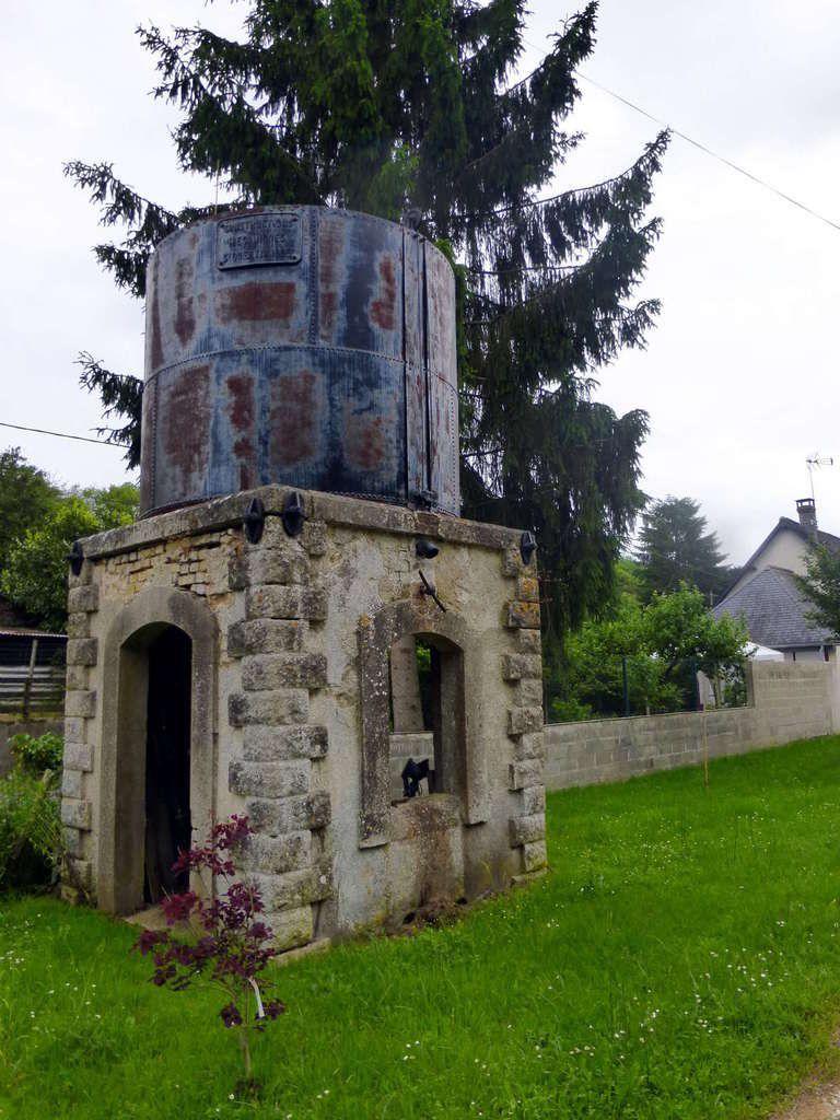 Le réservoir à eau pour alimenter les locomotives à vapeur, en très bon état.