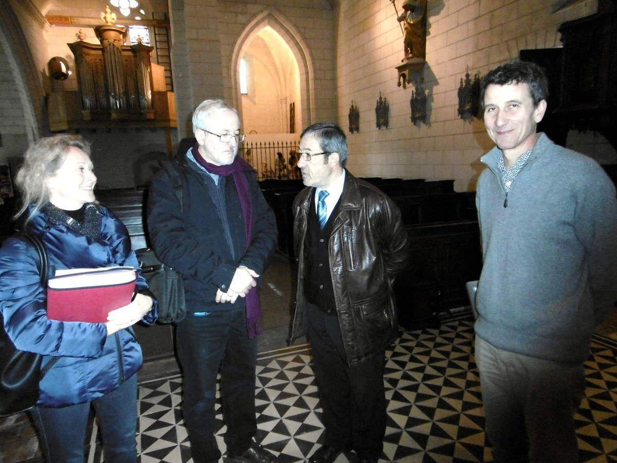 Mme Girard et M. Blieck à gauche, M. Rolland à droite, encadrent Jean-Pierre Poupée lors de la visite dans l'église