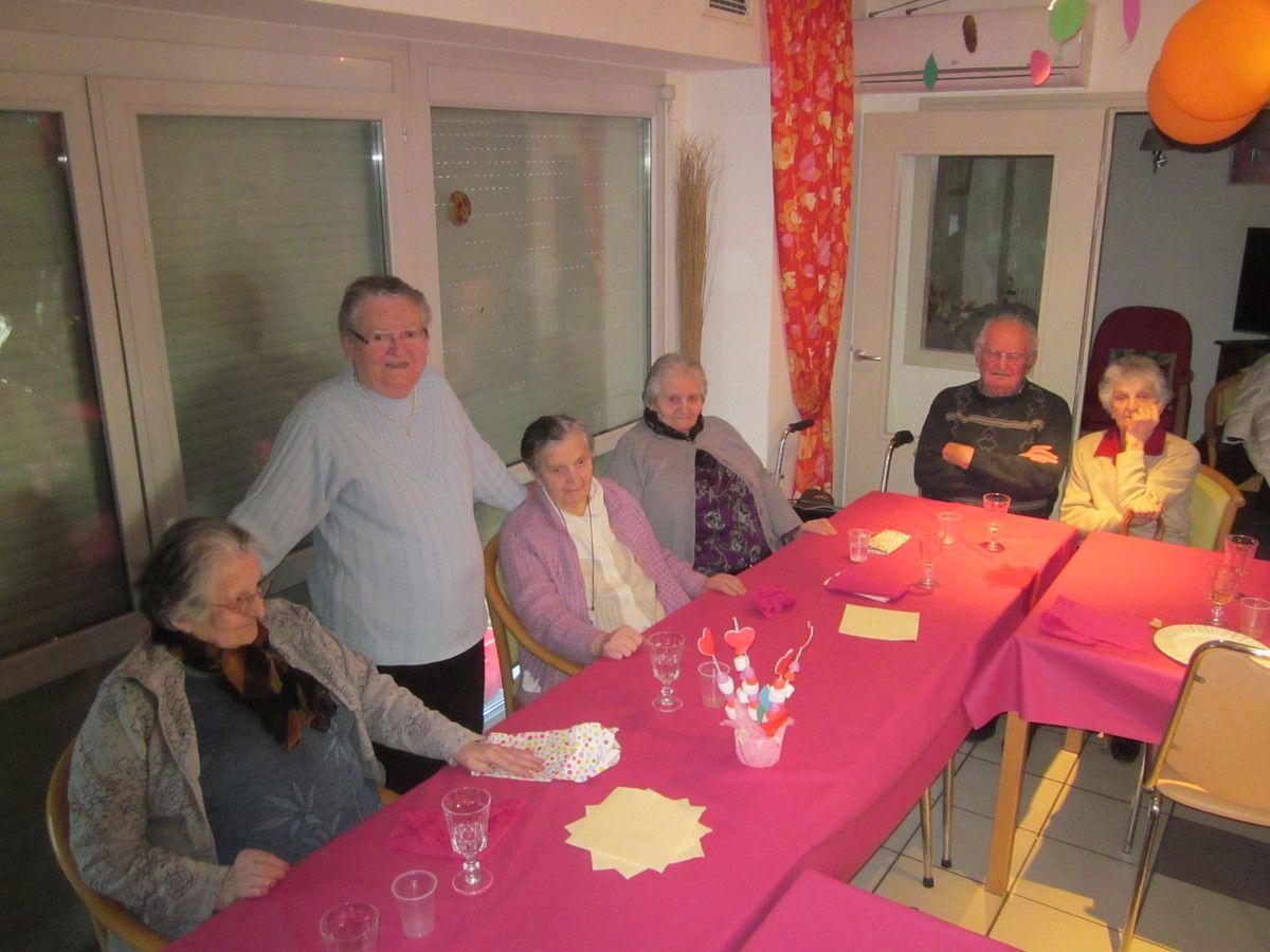 de gauche à droite: Suzanne Ravisé 90 ans, Colette Piniac (debout) 80 ans, Renée Pineau 92 ans, Ginette Panvert 90 ans, Roger Sionneau 88 ans, Paulette Pavard 85 ans