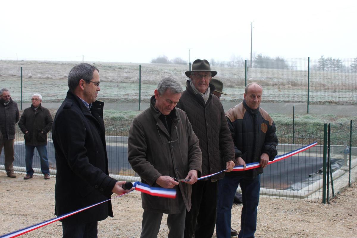 À gauche, Jean-Jacques Besnier. Patrick Boivin, maire, coupe le ruban