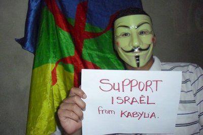 Militante del MAK de Ferhat Mehenni muestra cartel de apoyo a Israel. D.R