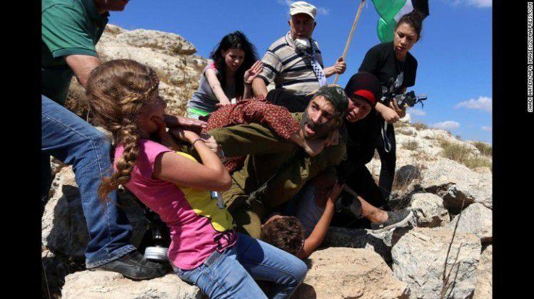 CISJORDANIA. Un soldado israelí golpeado y humillado por mujeres palestinas