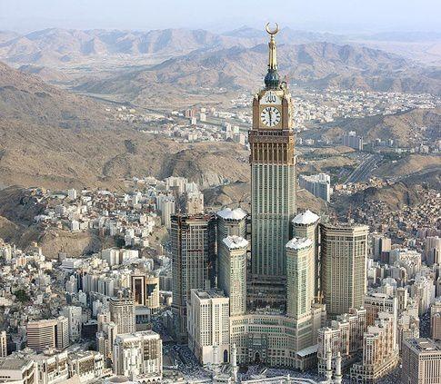 En una de las torres ocurrió el primer incendio, la media luna se parece más a los cuernos de Baal que se asoma sobre la kaaba