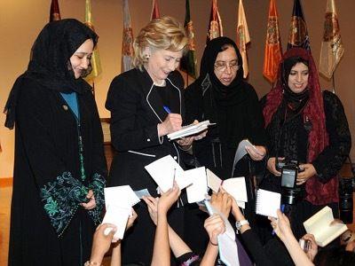 Durante un viaje oficial a Arabia Saudita, la secretaria de Estado visita el colegio Dar al-Hekma con Saleha Abedin –la madre de Huma– quien preside la asociación de Hermanas miembros de la Hermandad Musulmana.