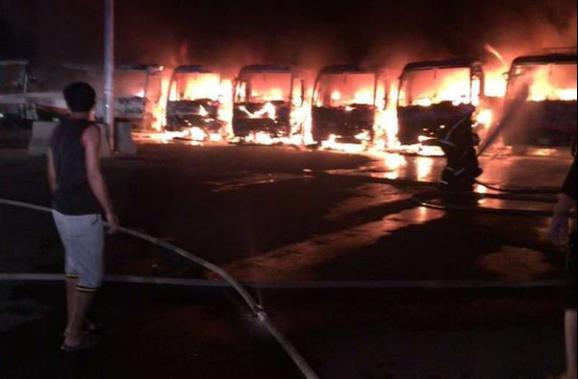 Siete autobuses han sido quemados por trabajadores en la Meca, el pasado sábado en la manifestación por impagos salariales (Twitter).