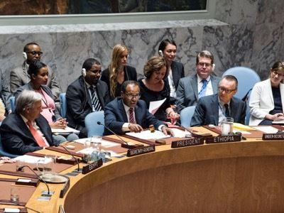 28 de septiembre de 2017. El estadounidense Jeffrey Feltman (segundo de derecha a izquierda), número 2 en la jerarquía de la ONU, asiste a los debates del Consejo de Seguridad junto al secretario general Antonio Guterres. Luego de haber supervisado personalmente la agresión contra Siria, Feltman pretende organizar la agresión contra Birmania. Como funcionario estadounidense, Feltman fue secretario de Estado adjunto, en tiempos de Hillary Clinton.