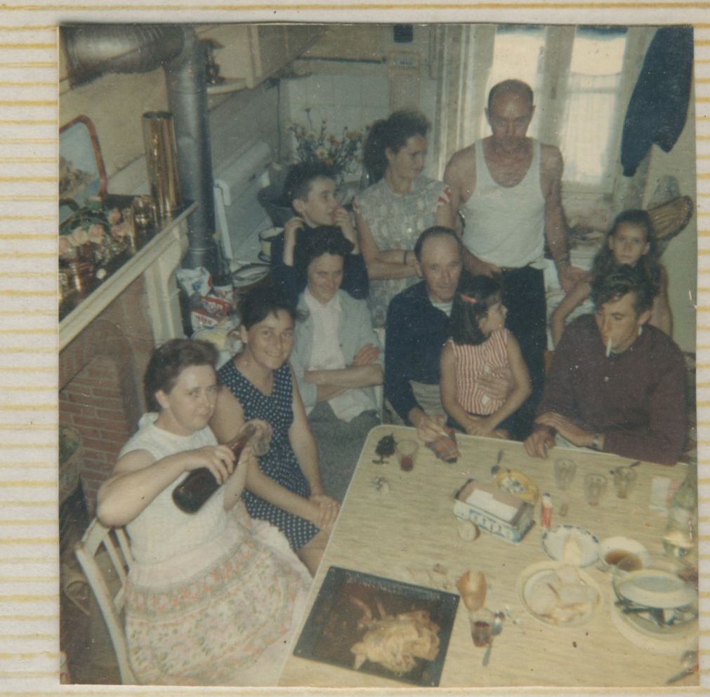 Suzanne, Paulette, Martienne ,Henri, Yann. derrière: Yvan, Rosianne, le mari de Suzanne +  2 fillettes (peut-être Martine et Valérie, filles de Paulette?