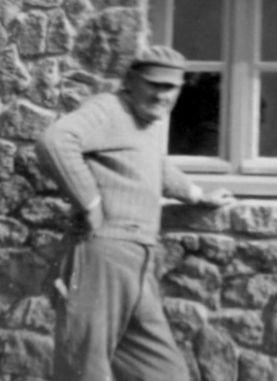 Jean Bihan, (années 60?) devant sa maison au pied de Krec'h Tareg, je crois.puis à l'avant du bateau avec notamment Jacques Corlouer . Henri , son fils, est dans l'autre canot.