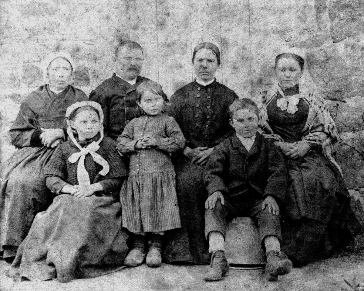 """Famille Le Gallou """"chez nous au bourg"""" écrit au dos par Gabrielle"""