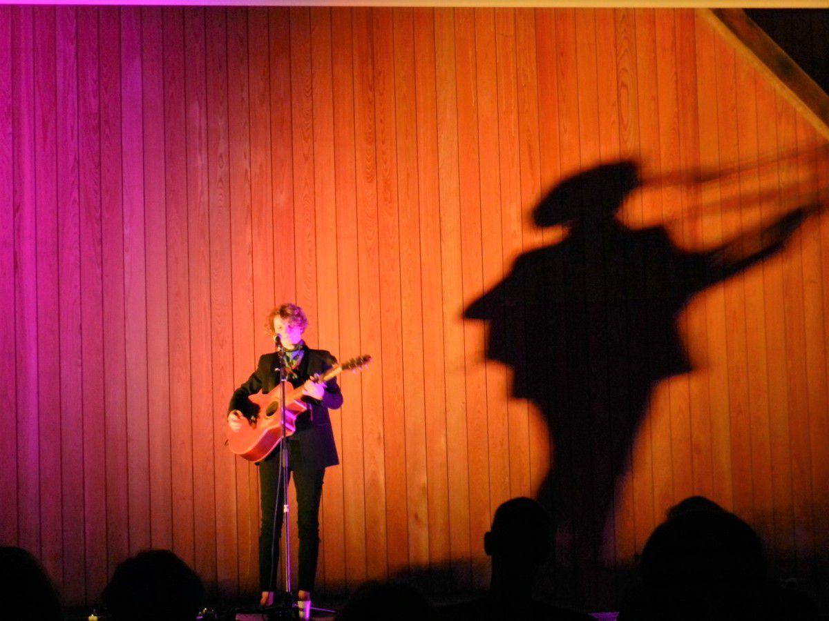 Concert électro(rock)mantique d'Emmanuelle Cadoret, organisé par le comité de jumelage.