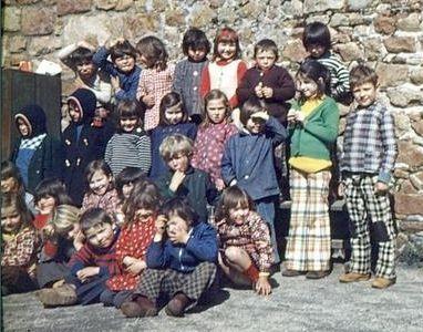 GS+CP en 1975, dans le coin NE de la cour de l'école du bas, près du réservoir à fioul...