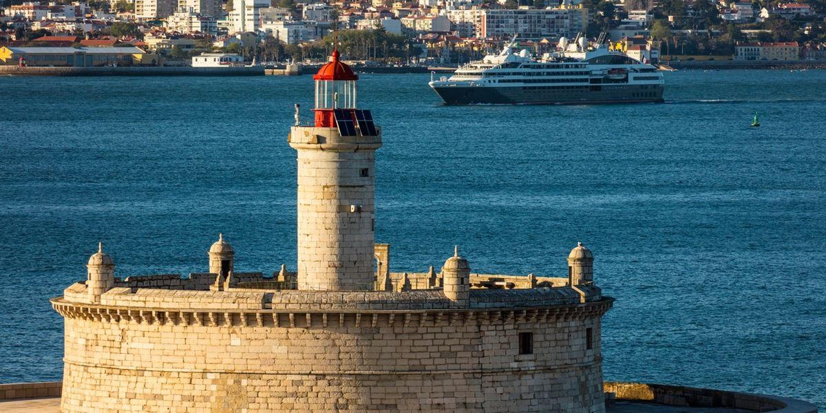 Le fortin de Buggio, premier bâtiment construit  (en 56 ans) sur un récif immergé à marée haute.