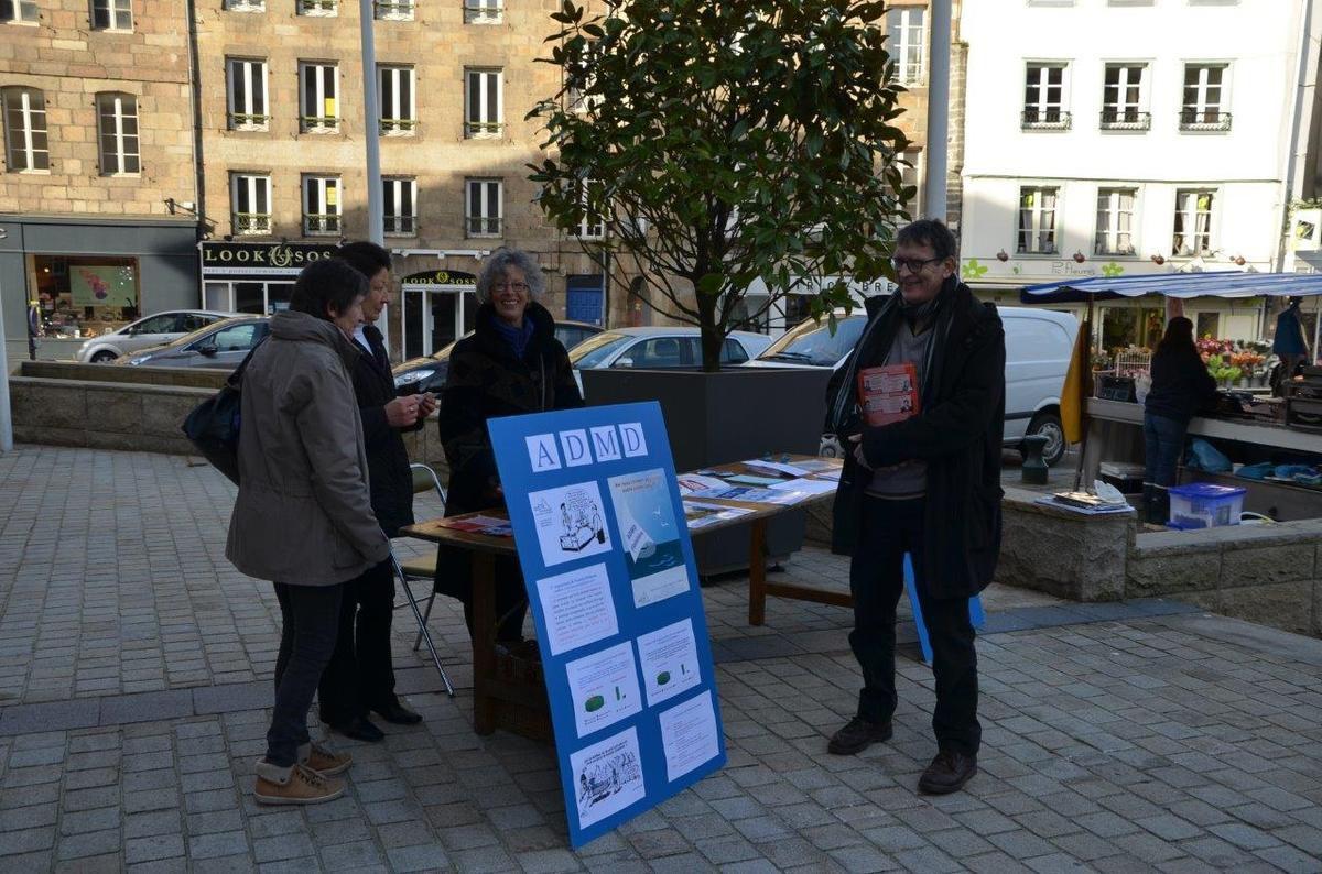 Départementales: les militants du Front de Gauche sur le marché de Morlaix ce samedi 7 mars
