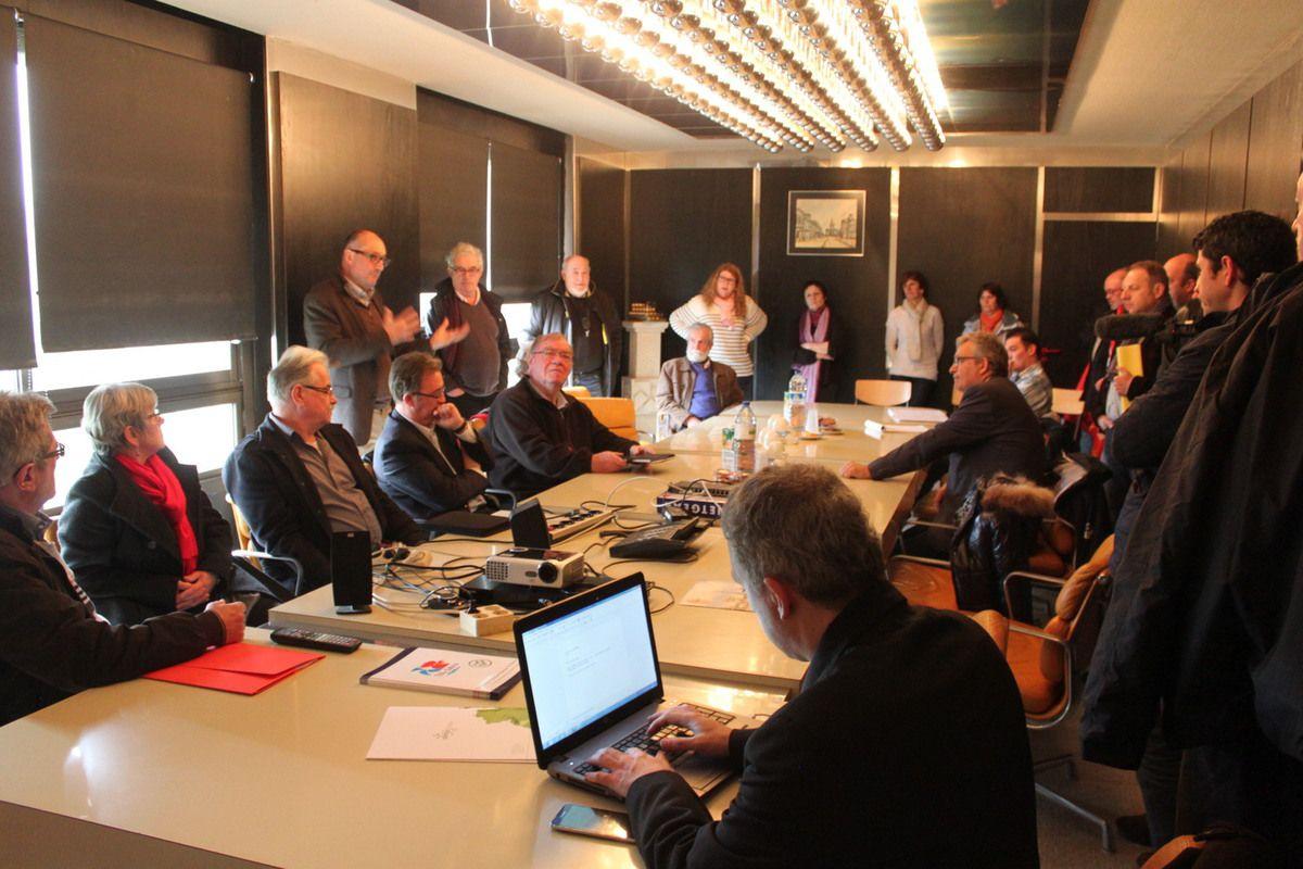 1er avril 2015: photos de la venue de Pierre Laurent à Guerlesquin et de la rencontre avec les salariés et le directeur de Tilly Sabco