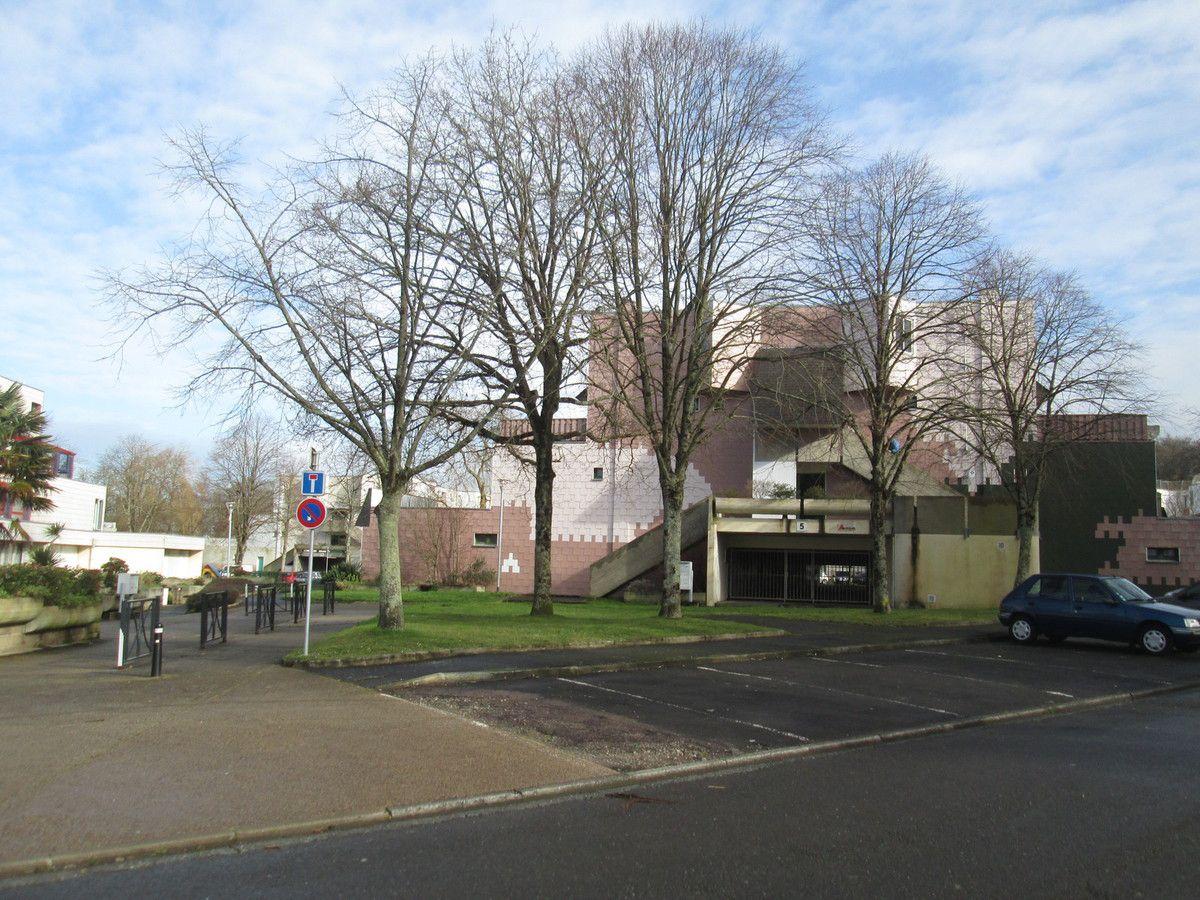 Projet de rénovation à Kerfraval: les habitants inquiets de n'avoir aucune réponse d'Aiguillon Construction sur le sort de quatre bâtiments en face de la cour d'école de l'école Jean Piaget
