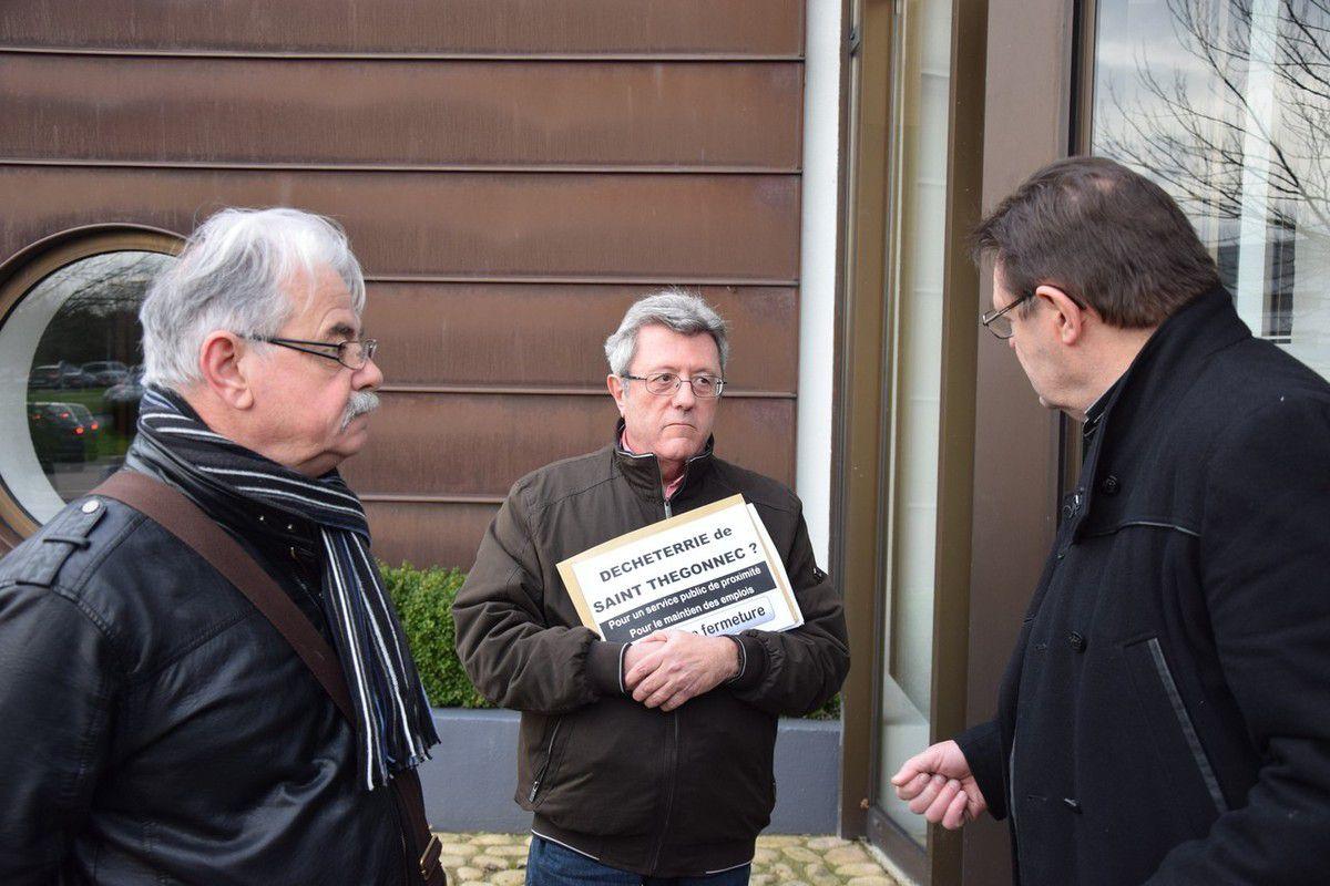 Roger Héré (élu PCF Front de Gauche), Daniel Ravasio (secrétaire de section PCF du pays de Morlaix) et Guy Pennec, vice-président à l'environnement en grande discussion
