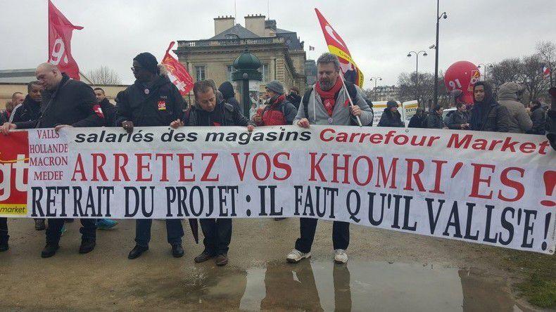 """La vérité d'une banderole tenue par les """"sans dents"""" de François Hollande"""