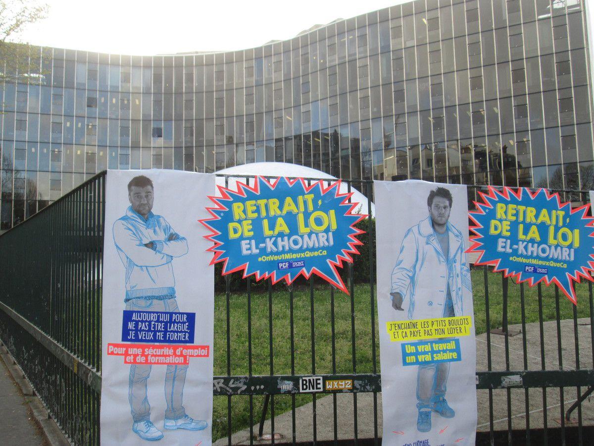 """Place du Colonel Fabien, le PCF affiche """"pour une société de partage, zéro chômage"""" et le retrait de la loi El Khomri"""