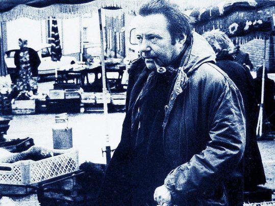 Georges Perros (1923-1978), photographié devant les halles par son ami Pichavant (1929-2009).