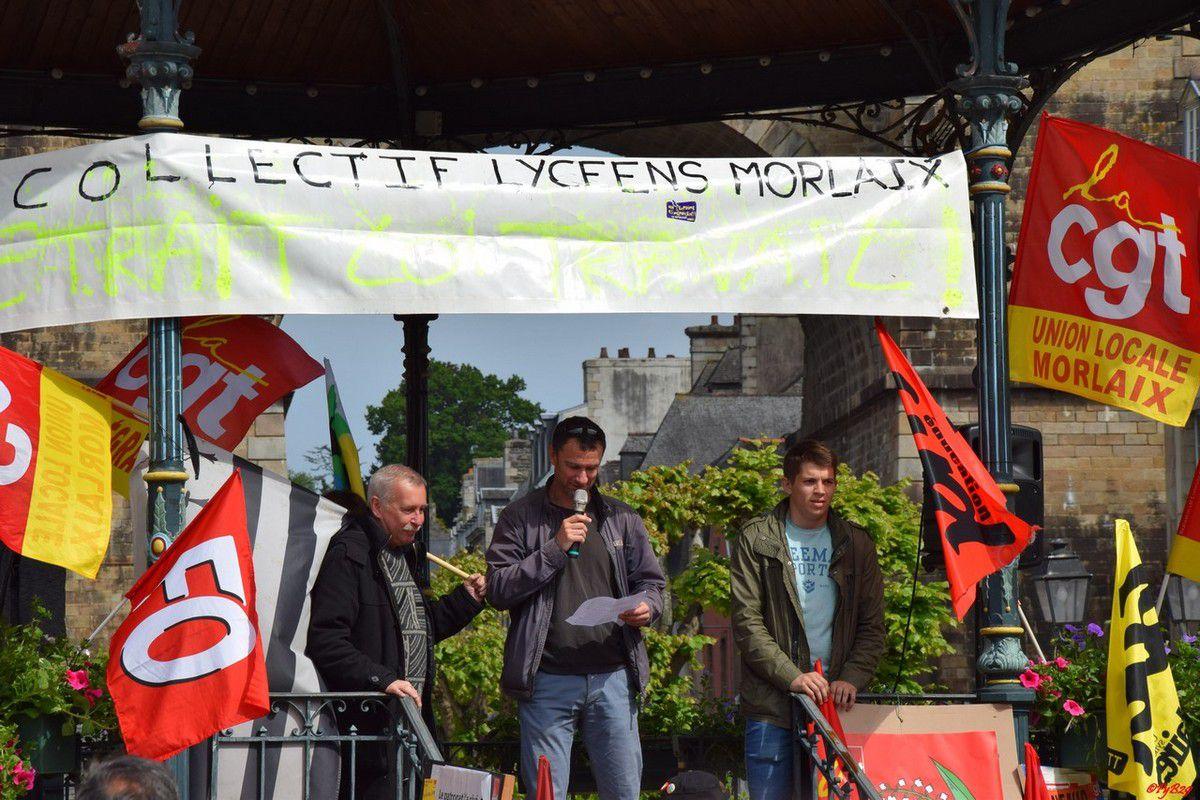 Philippe, Sébastien et Glenn sous le kiosque pour l'intersyndicale: photo Pierre-Yvon Boisnard
